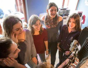 Alumnos Escuela JANA grabando Coros de LA LEYENDA DEL UNICORNIO