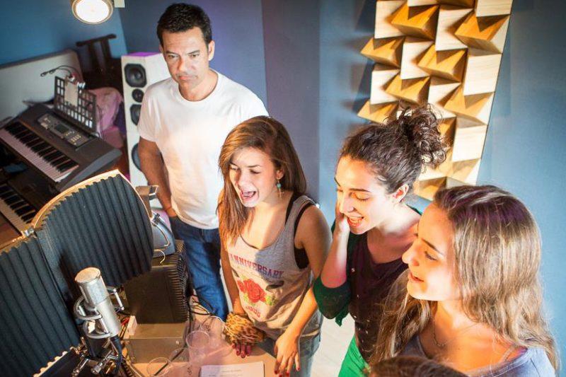 Alumnos de canto de la Escuela Jana grabando en el Estudio de Augusto Algueró